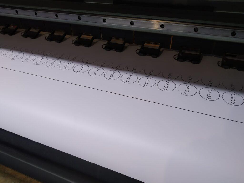 Широкоформатная печать на самоклеющиеся пленке