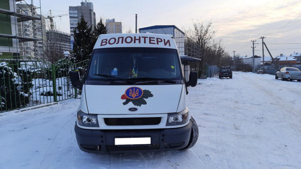 Логотип и надпись из самоклеющейся пленки, нанесенный на переднюю часть автомобиля волонтеров