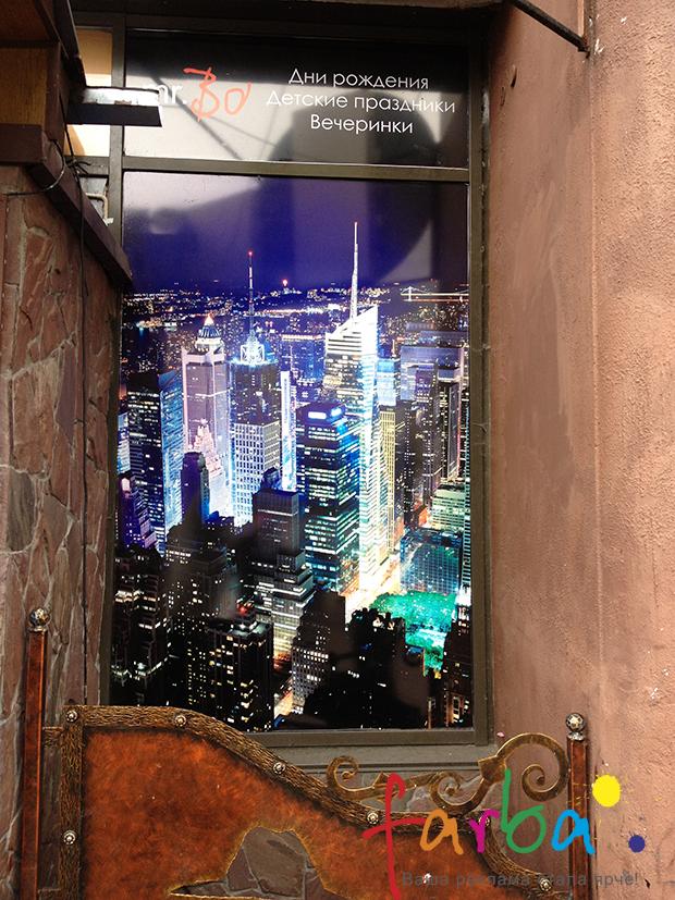 Окна витрины ресторана, оформленные в соответствующем стиле с использованием самоклеющейся пленки Оракал с интерьерной печатью и глянцевой ламинацией. Наклейки поклеены изнутри помещения, а изображение видно наружу.
