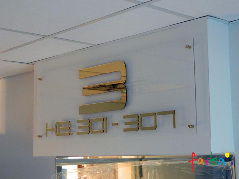 Несветовая вывеска из прозрачного акрила, на котором расположена надпись, изготовленная с использованием акрила в золотом цвете. Вывеска закреплена над входом с помощью специальных дистанционных креплений.