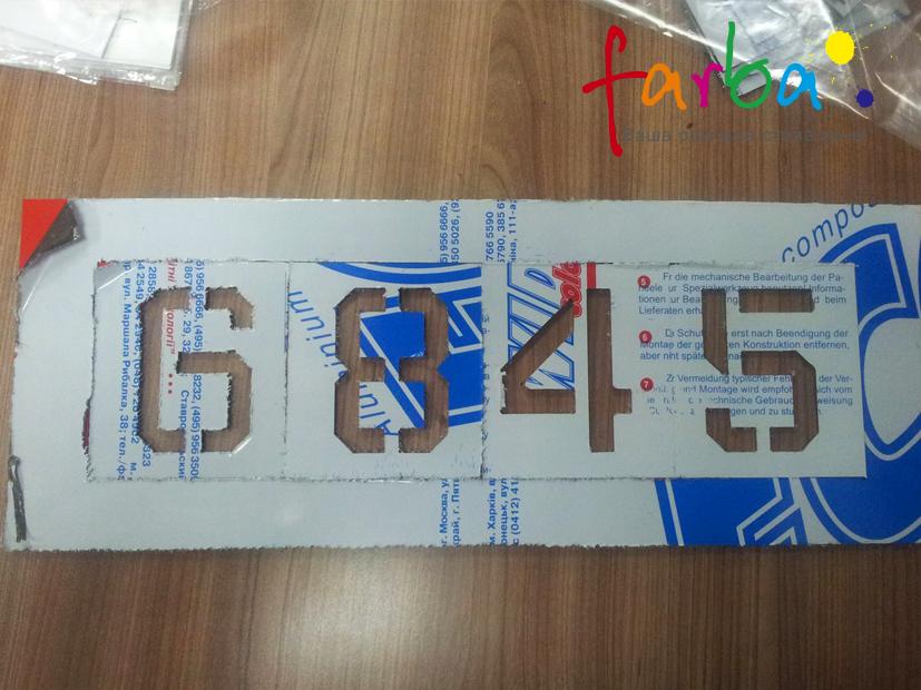 Многоразовый трафарет с цифрами, которые наносятся краской на нужную поверхность.