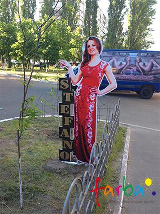 Внешняя двусторонняя ростовая фигура девушки, изготовленная из алюминиевого композита, что работает, как реклама магазина.