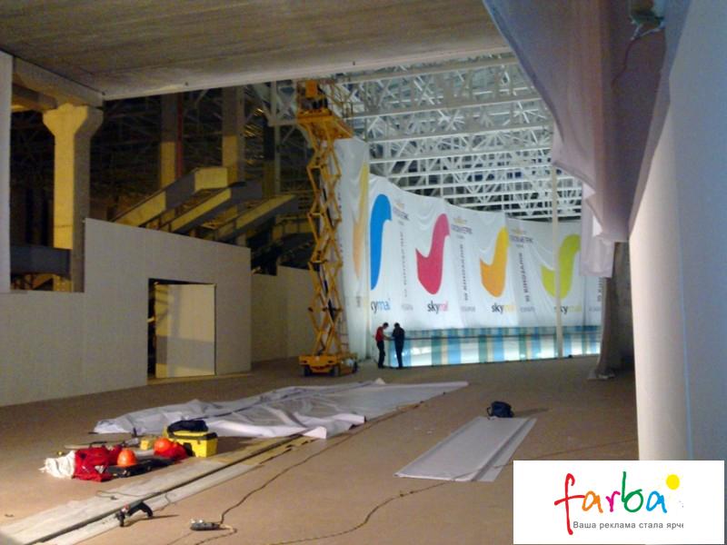 Монтаж баннеров в торговом центре на металлические конструкции